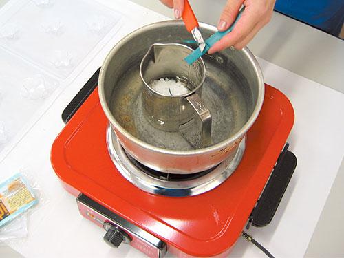 ①固形キャンドルを湯せんして溶かす