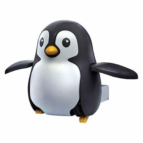 太陽光発電で歩くかわいいペンギン